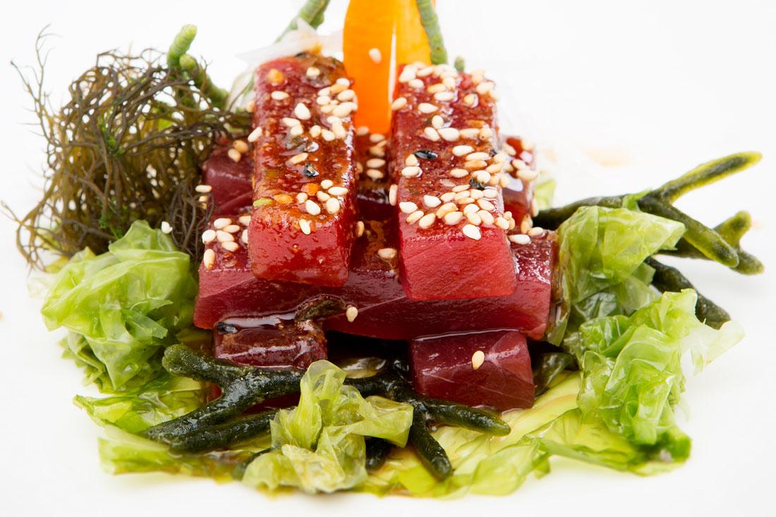 Atún rojo picante con algas de estero