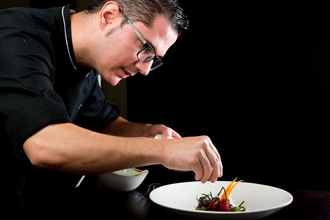Julio Vázquez del restaurante El Campero preparando atún rojo picante con algas de estero