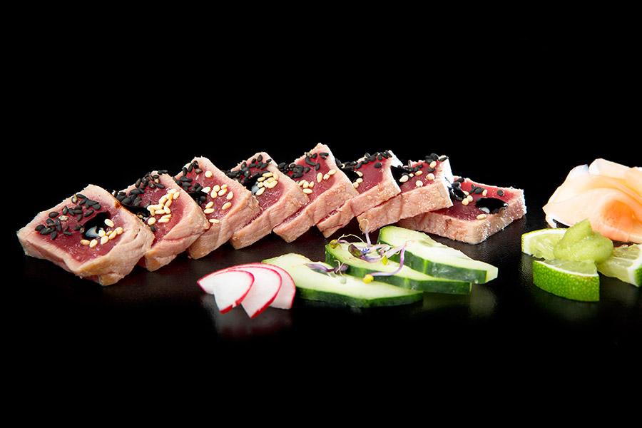 Tataki de atún rojo con semillas en restaurante Plato al Centro