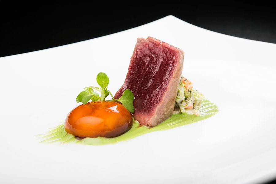Tataky de atún rojo y yema de huevo macerada con salsa de soja y amontillado