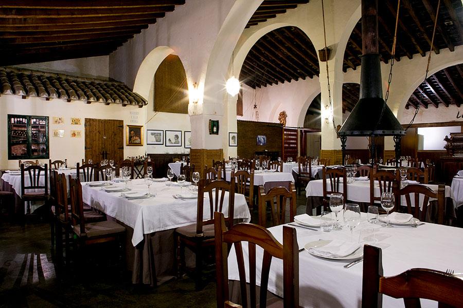Los aperos de la vendimia decoran las paredes junto a los recuerdos de grandes leyendas que pasaron por su mesa