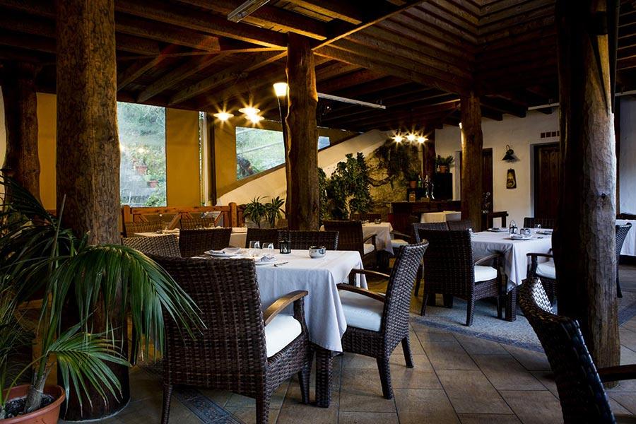 Salón exterior en restaurante Venta Pinto