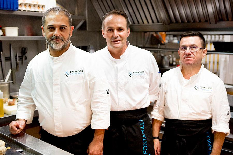 Parte del equipo de cocina del restaurante Francisco la Fontanilla con la nueva imagen de los uniformes