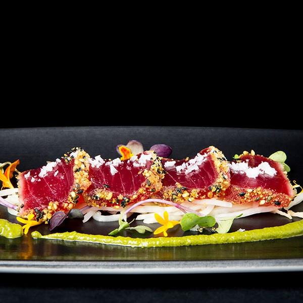 Tataki de atún rojo empanado en restaurante La Marea