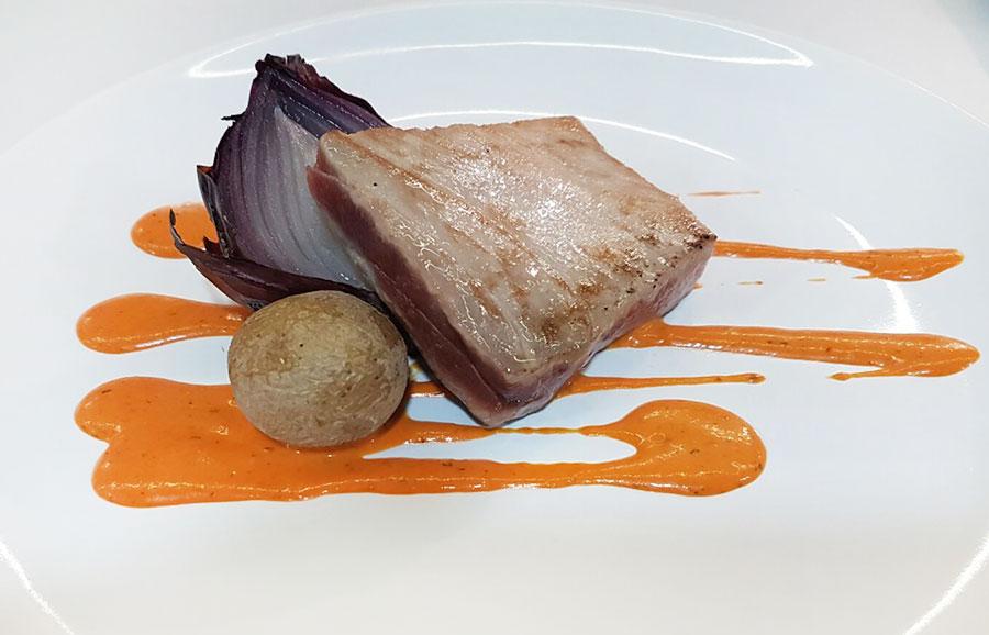 Solomillo de atún rojo con cebolla asada y salsa gaucha