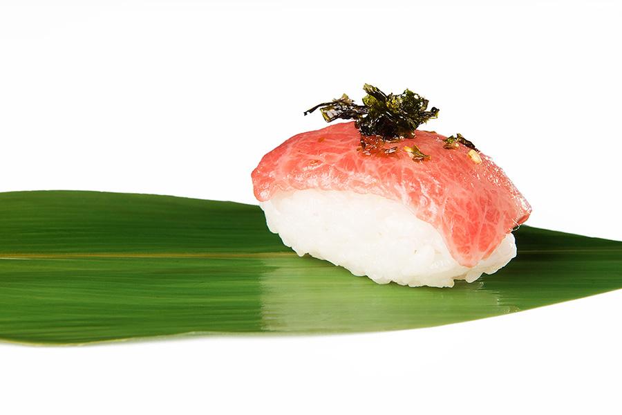Nigiri de ventresca con copos de nori - Restaurante Antonio