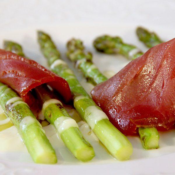Espárragos crujientes con salsa de Payoyo y atún ahumado