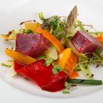 Ensalada de tallarines de verduras con taquitos de atún
