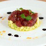 Ensalada de aguacate con atún rojo marinado