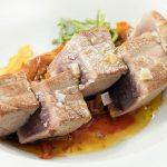 Otra manera de cocinar atún rojo encebollado
