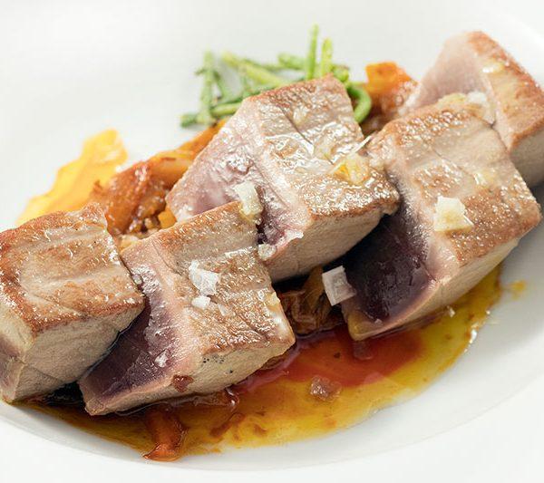 atún rojo encebollado en restaurante arohaz