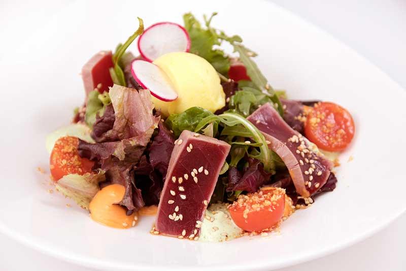 ensalada de tataki de atún rojo