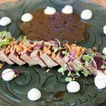 Tataki de atún rojo con jugo de encebollado