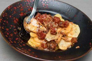 Tacos de atún con huevos y tomate