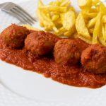 Albóndigas de atún rojo en salsa de tomates
